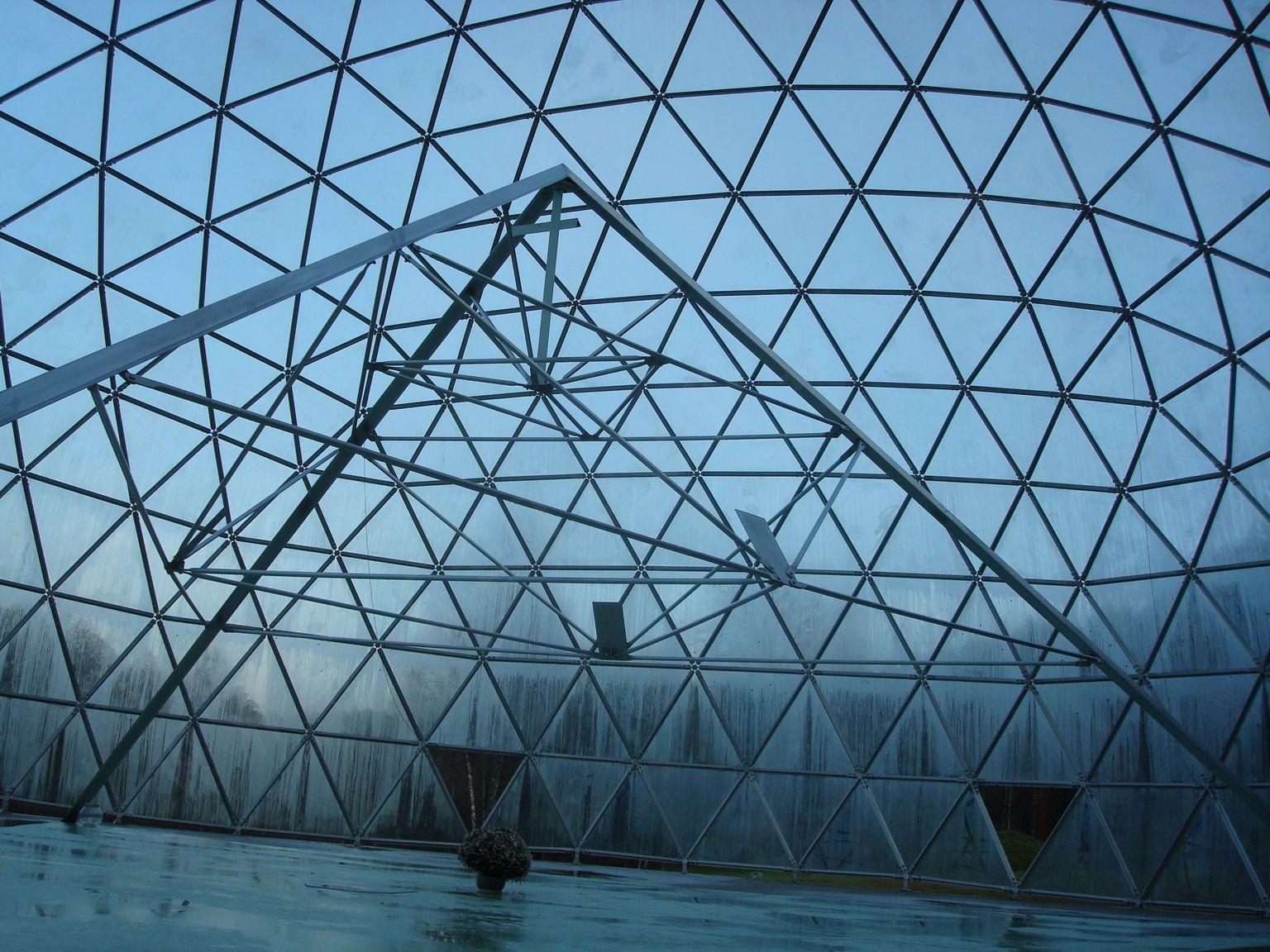 Uzdrawiająca Piramida w Mereczu pod szklaną kopułą | Merkinė (Merecz)